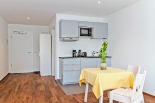 Alle Monteurzimmer sind mit einer Küchenzeile mit Kühlschrank , Herd und Mikrowelle ausgestattet